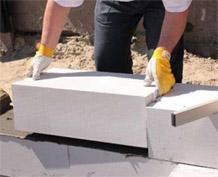 В отличие от газосиликата из газобетона можно строит двухэтажные дома