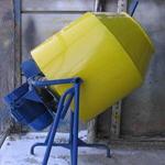 Бетономешалка с ручным механизмом опрокидывания барабана