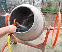 Добавляем воду в бетономешалку
