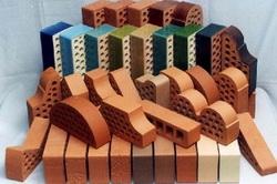 Разнообразие форм и цветовой гаммы кирпичей декоративного типа